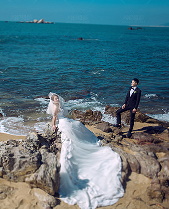 我的心就像藍色大海<br /> 一見到你就心潮澎湃<br /> 當你穿過我心中人生便充滿了幸福與驚喜。